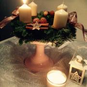 Adventskranz auf einem Kuchenteller
